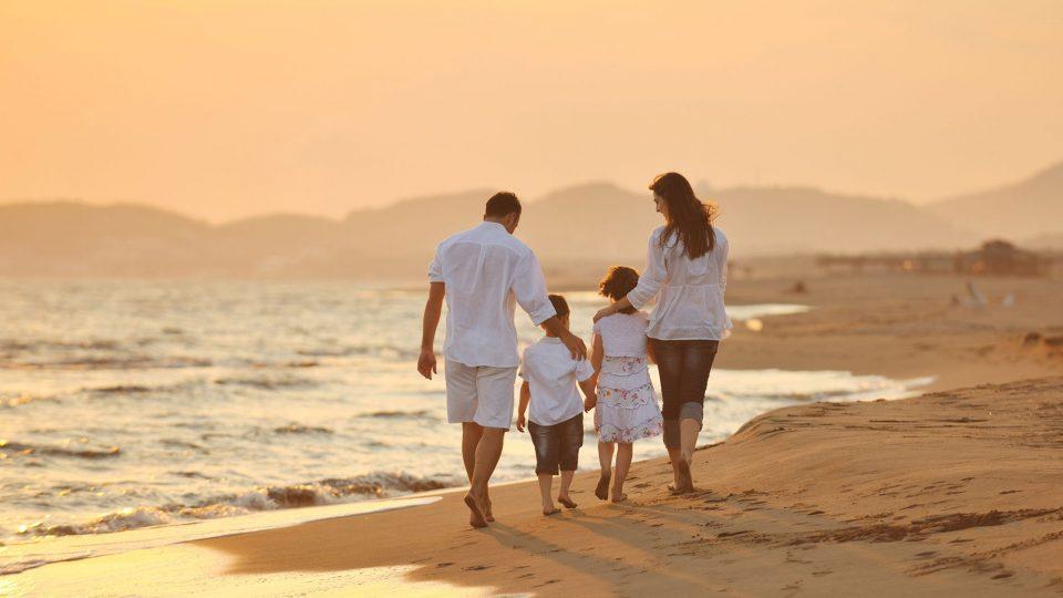 Картинки, семья на море картинки со спины